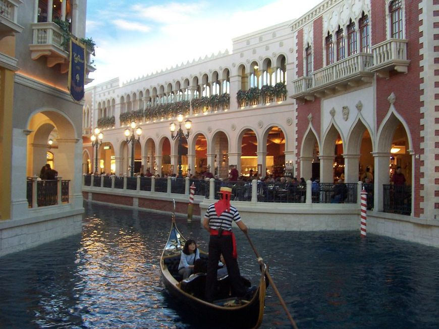1024px-The_Venetian_LV_gondola